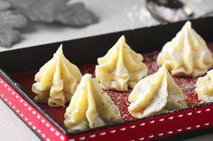 Fina, läckra och goda tryfflar som smälter i munnen. Den söta vita chokladen smaksätts med mortlade kardemummakärnor.
