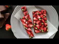Dried Strawberries and Pistachio Chocolate Bark Food Recipes Dried Strawberries, Chocolate Strawberries, Sweet Recipes, Cake Recipes, Chocolate Bark, Homemade Candies, Daily Meals, Dessert Bars, Food Videos