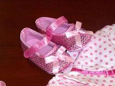 Modo de festa. Sapatinhos com lantejoulas rosa, lacinho à frente  Tamanho 3-6 e 6-9 meses. 13€  (correio registado para Portugal) Portugal, Baby Shoes, Slippers, Sandals, Sequins, Shoes, Pink, Shoes Sandals, Baby Boy Shoes