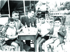 Padres e hijos en las Fiestas de San Juan en #carballo #acoruña #fotoantigua #fotohistorica Concert, Parents, Sons, Father And Son, Old Photography, San Juan, Fiestas, Fotografia, Concerts