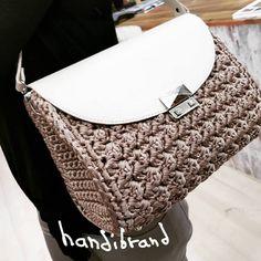 Crochet Handbags, Crochet Bags, Knit Crochet, Crochet Boarders, Hand Knitted Sweaters, Hand Knitting, Purses And Bags, Shoulder Bag, Fashion