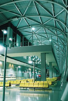 Phonetica - the world's best PA system for airports. Truss Structure, Building Structure, Building Design, Kansai Airport, Kansai International Airport, Airport Architecture, Space Architecture, Renzo Piano, Airport Design