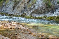 Einfach mal innehalten am #Fluss im #Herbst - hier spiegeln sich Farben, Felsen und das Licht auf wundervolle Art und Weise