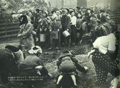 """戦前~戦後のレトロ写真さんのツイート: """"戦争末期の写真。米の倉庫が焼けたので、焼け米を手に入れて少しでも飢えをしのごうと集まった市民。「日本百年の記録」より。… """""""