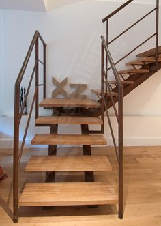 Photo DT22 - ESCA'DROIT® 1/4 Tournant avec Palier Intermédiaire. Escalier d'intérieur en métal rouillé et bois sur double limon central design et contemporain. Rampes et garde-corps contemporains en protection vide. Finition acier brut oxydé ciré. - © Photo : Philippe CLUZEAU