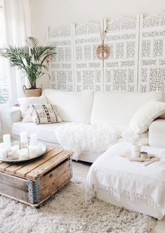 Room redo: Urban boho chic all white living room. Urban boho chic all white living room. I love this bright cozy rustic living room idea with its wood pallet coffee table and fury throw. Boho Living Room, Home Interior, Interior Design Living Room, Home And Living, Living Room Designs, Living Room Decor, Bohemian Interior, Bohemian Living, White Bohemian Decor
