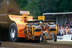 STRANGE HUGE TRACTOR PULL MACHINE WITH 4 V-8 ENGINES!