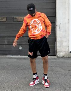 Another streetwear aficionado, always looks fresh in the latest cuts. Vans Outfit Men, Jordans Outfit For Men, Black Men Street Fashion, Korean Fashion Men, Stylish Mens Outfits, Swag Outfits Men, Fashion Outfits, Summer Shorts Outfits, Casual Summer Outfits