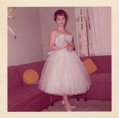 Everyday Life in the Past Vintage Prom, Vintage Gowns, Vintage Ladies, Vintage Outfits, 50 Fashion, Retro Fashion, Vintage Fashion, Female Fashion, Fashion Trends