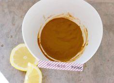 Die Maske mit Heilerde und Teebaumöl ist besonders gut geeignet, um die Haut zu reinigen. Sie hilft gegen Akne, Mitesser und allgemein bei unreiner Haut. Der Zitronensaft soll die Haut dagegen geschmeidig und zart machen. Das braucht Ihr: – 2 ½ TL Heilerde* – 1 TL Zitronensaft – 3 Tropfen Teebaumöl – evtl. ein paar TL Wasser (damit sich die Heilerde auflöst) So funktioniert es: Alle Zutaten in eine Schüssel geben und verrühren. So viel Wasser dazu geben, bis sich die Heilerde gut…