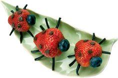 Lieveheersbeestjes, te schattig om op te eten!  ----  Nodig:  Een aardbei  Een bosbes  Stukjes dropveter  Chocolade decoratie  Tandenstoker  ---  Werkwijze:  Prik met een tandenstoker 6 gaatjes voor de pootjes. Maak de pootjes van stukjes dropveter. Zet de bosbes met een stukje tandenstoker vast. Duw de chocolade decoratie in de aardbei voor de stippels. Chocola in een aardbei lost op. Je kunt ze niet al te lang van te voren maken. Als alternatief zou je zwarte sesamzaadjes kunnen gebruiken.