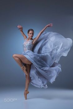 Ballet Poses, Ballet Art, Dance Poses, Ballet Dancers, Ballerina Dancing, Girl Dancing, Dance Baile, Dance Photography Poses, Ballet Beautiful