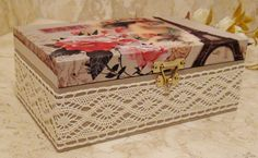 Caixa em MDF pintada ao fundo para sua maior proteção. Revestida com tecido 100% algodão. Apliques em renda.