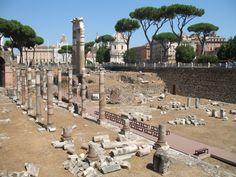 Dit zijn de schamele resten van het Forum van Caesar naast het Forum Romanum. Hierna kregen alle Romeinse keizers een eigen Forum met o.a. paleizen en tempels.