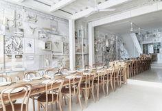 La lunga tavolata imbandita della sala principale del ristorante Hueso a Guadalajara. Godere di arte e food in un unico ambiente