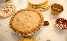 Fácil de levar no carro, torta crocante tem sobras da massa que viram petisco. Receita de torta de frango rápida da Rita Lobo.