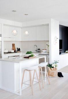 matt weiße Küche mit Insel - Barhocker mit Beinen aus hellem Holz