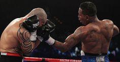 Ricardo Mayorga tenta acertar golpe em Miguel Cotto, de Porto Rico; lutador da Nicarágua sentiu dores na mão e desistiu da luta no último round