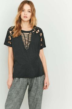 Light Before Dark – Kurzärmliges Makramee-T-Shirt in Schwarz - Urban Outfitters