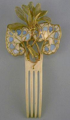 Art Nouveau cyclamen hair comb by Paul & Henri Vever, composed of horn, gold and plique-à-jour enamel, ca.1900. #Vever #ArtNouveau #comb