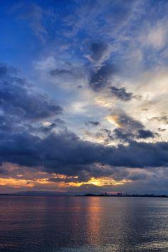 21  Aug.  5:50 日の出間近の博多湾です。 #sunrise ( Cloudy Morning Now at Hakata bay in Japan )