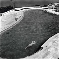 Esther Williams profite de la piscine de ses amis Dubonnet au cap d'Antibes by Jack Garofalo and Michou Simon