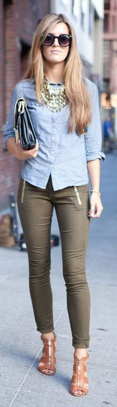 Olive pants, button down shirt, necklace, fall outfit. Style Work, Mode Style, Looks Street Style, Casual Street Style, How To Wear Shirt, What To Wear, Outfits Pantalon Verde, Look Camisa Jeans, Look Fashion