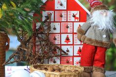 Calendario de adviento con forma de casa. www.decoandliving.com