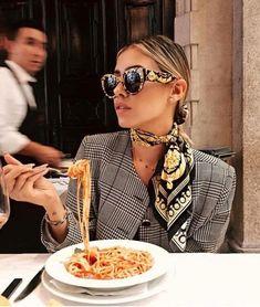 Le foulard vient terminer ton look, lui apporter de la couleur, de la lumière et une touche féminine. Il donne du peps à une tenue toute simple mais vient aussi appuyer un style ou le décaler complètement… Et la bonne nouvelle du jour, c'est que les foulards vont à tout le monde !  Voyons comment... #tenuefemme40ans #blogmodefemme40ans #tenuestylée #élégante #foulard #foulardimprimé #manteaucarreaux #lunettessoleil