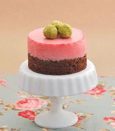 Una combinación perfecta, bizcocho de chocolate y mousse de fresas, para crear una tarta espectacular decorada con trufas de té verde. Imágenes y receta de Dulces Bocados  Ingredientes para un molde de 15 cm.: Para el bizcocho esponja de chocolate: 80 g. de claras de huevo (unas 2 claras) 4…