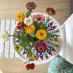 die Blumen matchen perfekt mit dem Tablett #freshflowers #kleurigwonen #decoration #dekoration #blumen #jolijou #sommer #summer