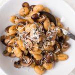 Für die Gnocchi mit Champignons und Parmesan braucht ihr nur Gnocchi, Champignons, Olivenöl, Zwiebel, Rosmarin und Parmesan. 20 Minuten und SO lecker!