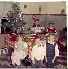 these walls are almost exactly like the ones in our kitchen when I was growing up Old Time Christmas, Christmas Tree Lots, Ghost Of Christmas Past, Old Christmas, Retro Christmas, Christmas Morning, Christmas Tree Ornaments, Christmas History, Antique Christmas