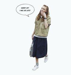 SHIRT × MIDCARF SKIRT  ワークウエアブランド<ベンデイビス>のハーフジップシャツは、スカートと合わせて女性らしさを足すのがポイント。シャツからチラ見せした白Tやロールアップしたシャツの袖が、洗練されたカジュアルスタイルに仕上げてくれる。
