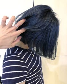 Short Bob with a Signature Curl - 30 Short Straight Hairstyles and Haircuts for Stylish Girls - The Trending Hairstyle Short Blue Hair, Dark Blue Hair, Short Straight Hair, Hair Color Blue, Edgy Hair Colors, Lip Colors, Log Bob, Blue Hair Aesthetic, Korean Hair Color