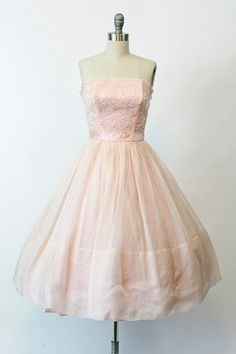 Schattig jaren 1950 strapless jurk! Gedaan in een bleke roze zijde organza…