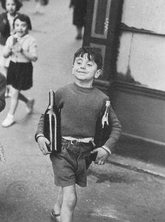 <무프타르 거리, 파리>. 앙리 까르띠에 브레송 作. 1954년. 찰나의 '결정적 순간'을 포착하기로 유명한 포토저널리즘의 대가 앙리 까르띠에 브레송의 작품이다. 소년은 포도주를 양팔에 꽉 끼운 채 뿌듯함과 익살스러움이 밴 표정으로 가게를 걸어나오고 있다. 병이 무거울 법도 하지만 놀라움이 가득한 표정으로 뒤따라 걸어오는 소녀들을 의식해서인지 소년은 아무런 내색을 하지 않는다. 아마도 아버지의 심부름을 하고 있는 것으로 보이는 이 소년은 성공적으로 심부름을 마치고 돌아가는 이 순간, 뿌듯함을 느끼고 있고 그 뿌듯함은 소녀들의 탄성에 의해 배가 됐을 것이다. 그 찰나의 '결정적 순간'을 포착한 이 사진에서 포도주를 안전하게 들고 가기위해 병을 꽉 붙든 소년의 손끝은 너무나도 귀엽게 느껴진다.