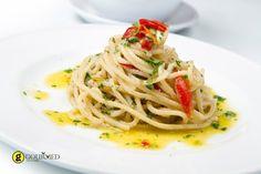 Garlic Olive Oil and Red Chili Spaghetti, Spaghetti Aglio, Olio, Peperoncino Spaghetti Aioli, Chili Spaghetti, Garlic Spaghetti, Garlic Pasta, Spaghetti Recipes, Pasta Recipes, Cooking Recipes, Garlic Oil, Gourmet