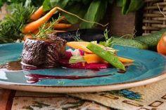 Рецепты новогодних угощений Оленина со свекольным муссом и терпким соусом из черной смородины