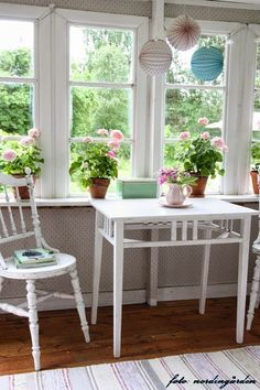 Love the simplicity of this table and chairs for the porch