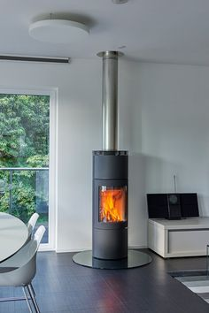 Contemporary log stove, in a modern living room. - Contempora - Contemporary log stove, in a modern living room. Log Burner Living Room, Log Burner Fireplace, Home Living Room, Wood Burner, Beautiful Modern Homes, Modern Contemporary Homes, Modern Log Burners, Self Build Houses, Home Design Software