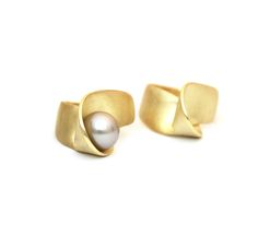 Rings in 18 carat gold and pearl from the Volute collection by atelier LUZ. www.atelierluz.nl