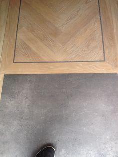 Visgraat met bies en grijze tegel Wood Floor Design, Floor Rugs, Interior, Timber Flooring, Bedroom Interior, Hardwood Floors, New Homes, Flooring For Stairs, Flooring