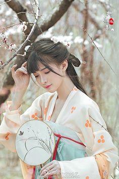微博 Chinese Traditional Costume, Traditional Art, Traditional Outfits, Japan Outfit, Beautiful Chinese Girl, Chinese Clothing, Chinese Culture, Hanfu, Light In The Dark