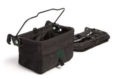 Orbit Varukorg fästs enkelt på sidorna av din Orbit barnvagn utan remmar eller spännen. Tas enkelt av och bärs i praktiskt handtag. Regnskydd finns i ytterfickorna. Kan fällas ihop om de inte används medan de fortfarande sitter på vagnen. Vagnen kan fällas ihop med varukorgarna på och går dessutom igenom standarddörrar med båda varukorgarna uppvikta.    2-pack.   Bredd: 30,5 cm. Djup: 18 cm. Höjd: 22 cm.   Färg: Svart.