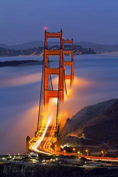 Krása osvětleného mostu v Americe spojený s mlhou