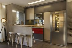 Modern kitchen with nice use of colours and lights for a homely feeling. By Studiodwg Arquitetura e Interiores Ltda.