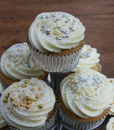 Best inspirations for Caramel filled wedding cupcakes, posted on December 2013 in Wedding Cake Silver Cupcakes, Wedding Cakes With Cupcakes, Cool Wedding Cakes, Wedding Cake Toppers, Cupcake Cakes, Cup Cakes, Yummy Treats, Yummy Food, Cake Icing