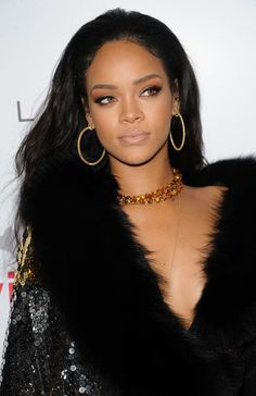 Style courses from Rihanna. Here is the style world where Rihanna plays with her own rules. ICONIC FASHION Style Courses From Rihanna Looks Rihanna, Rihanna Love, Rihanna Style, Rihanna Daily, Photos Rihanna, Rihanna Outfits, Mode Rihanna, Rihanna Riri, Maquillage Black