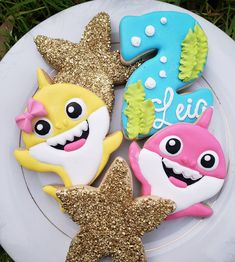 2nd Birthday Party For Girl, Shark Birthday Cakes, Birthday Girl Pictures, Colorful Birthday Party, Second Birthday Ideas, Water Birthday, Shark Gifts, Shark Party, Kids Party Themes